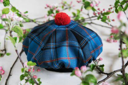 Tämmi, šoti müts, punase tutiga