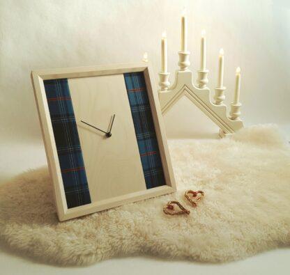 Pilti eesti tartanikangaga heledast kellast