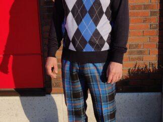mees pikkades eesti tartani pükstes